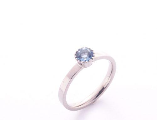 Ring mit Pünktchenfassung